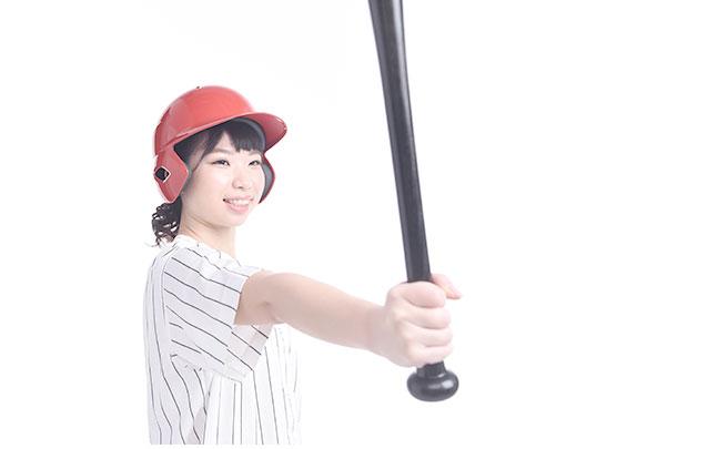 野球のバットを持った女性