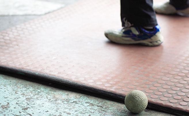 男性の足と野球のボール