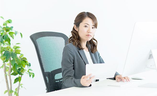机に座る女性社員