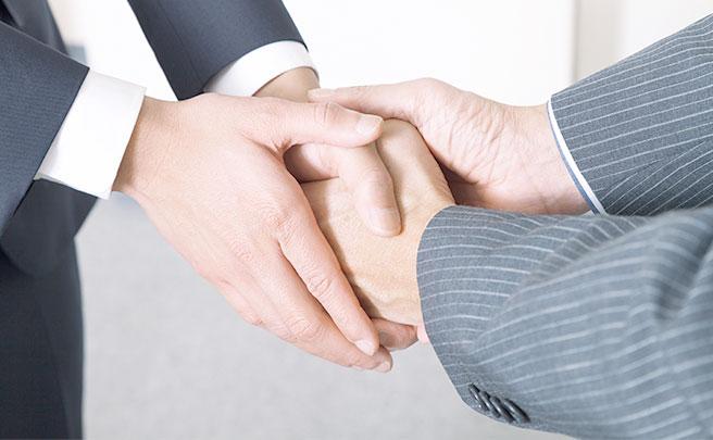 握手する人の手