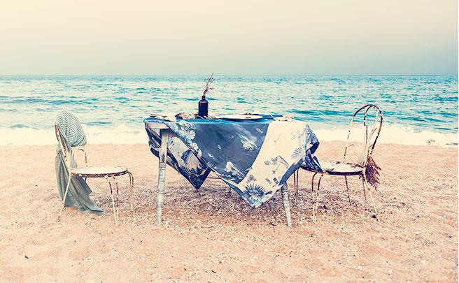波打ち際に用意されたテーブル