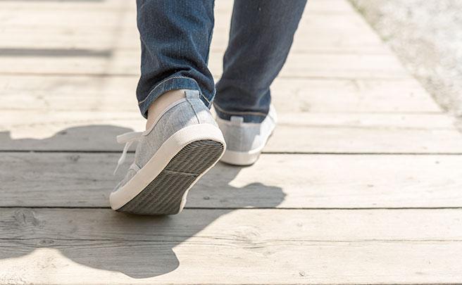 ボート乗り場の桟橋を歩く人の足元