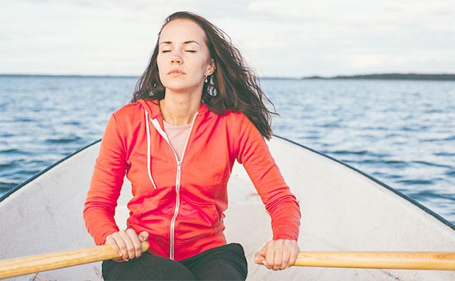 手漕ぎボートを漕ぐ女性