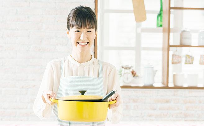黄色い鍋を持った女の人