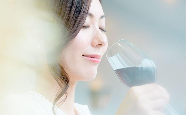 ワインを味わう女性