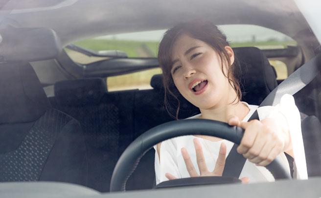 車でイライラする女性