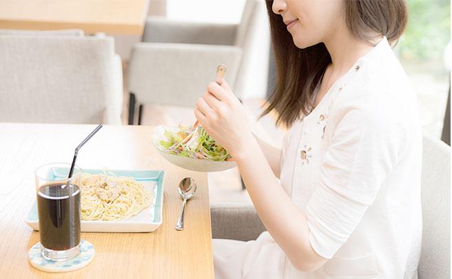 レストランでランチを食べる女性
