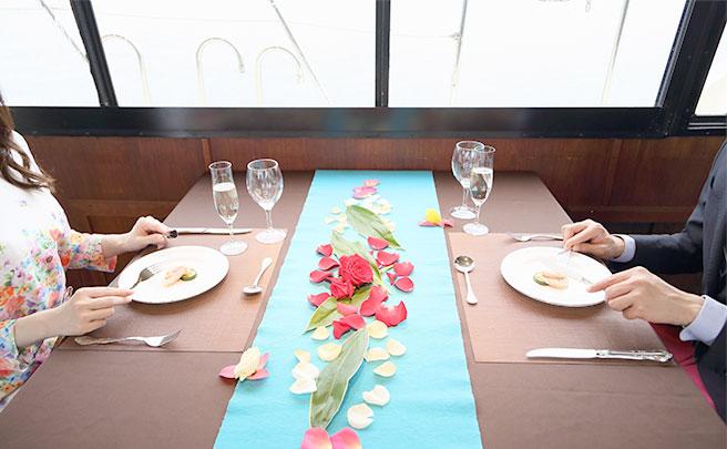 レストランで食事中のカップル