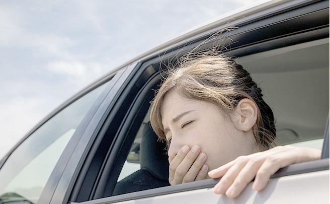 車酔いでつらい女性