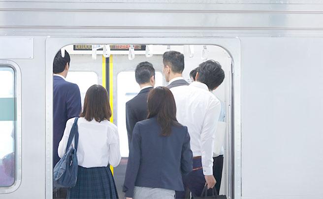 混んでいる電車の様子