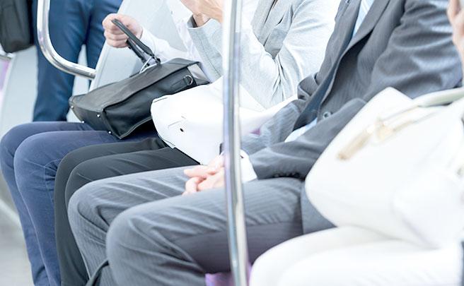 電車で座る人たち