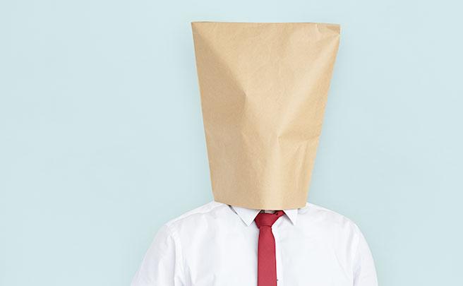 紙袋を被った男の人