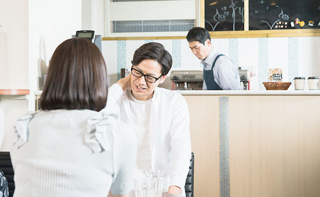 カフェでデートをする男女