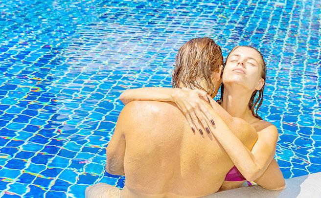 プールサイドで抱き合うカップル