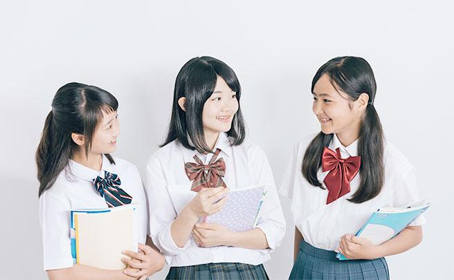クラスメートと話す女子中学生