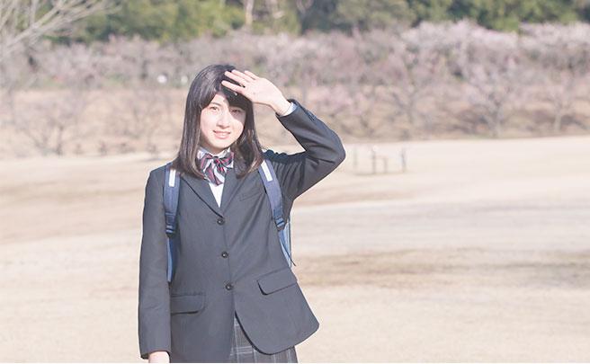 公園で待つ制服を着た女の子
