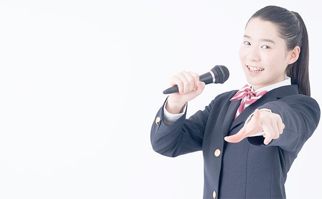 制服のままカラオケを歌う女の子