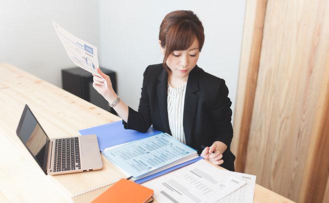 仕事の資料を確認している女性