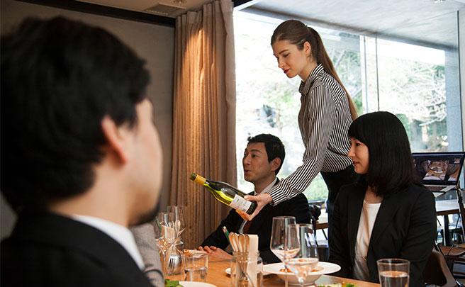 高級レストランで食事をする人達