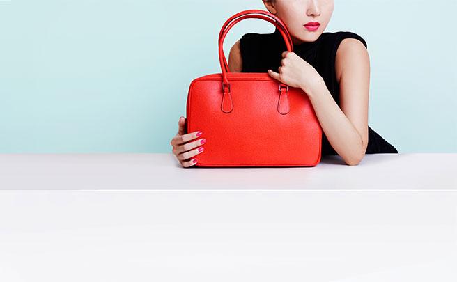 赤いデザイナーバッグを持つ女性