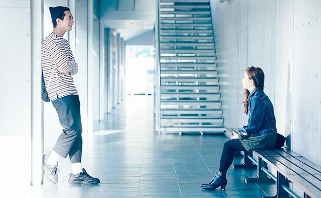 廊下で話す男女
