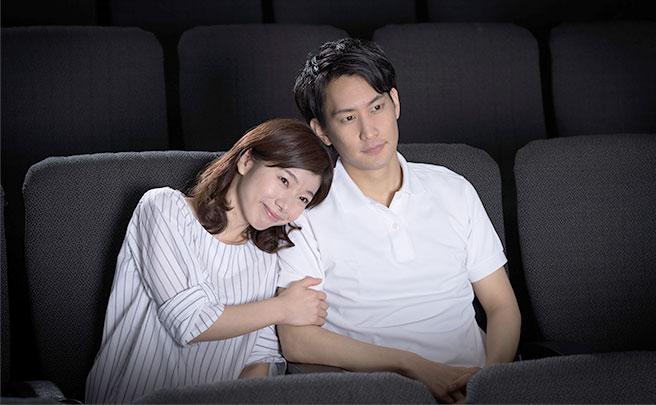 映画館にいるカップル