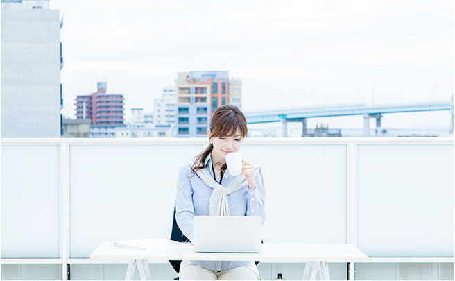 屋上で仕事をする女性