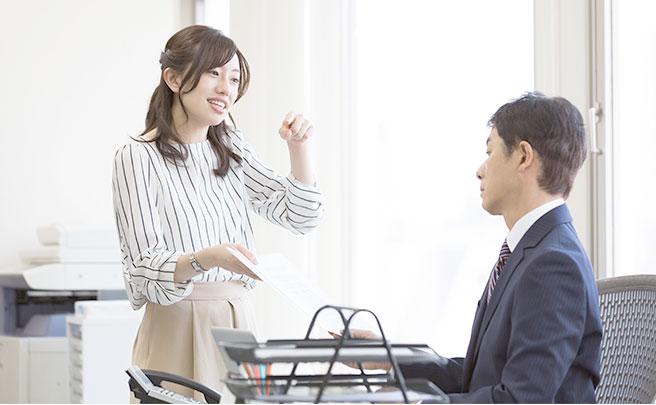 上司と話す女性
