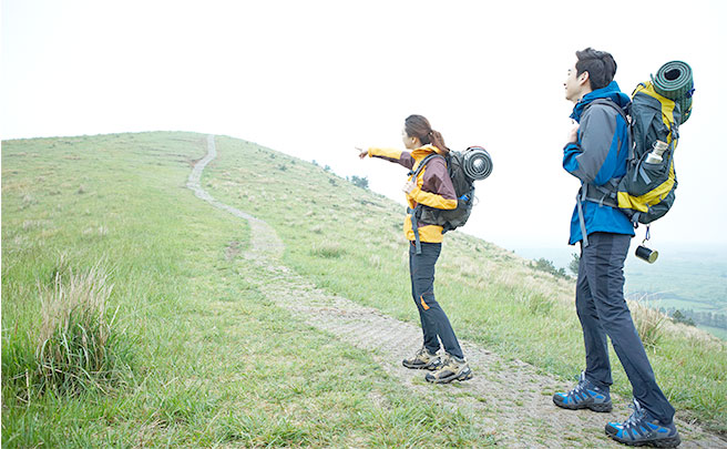 山の上に向かっているカップル