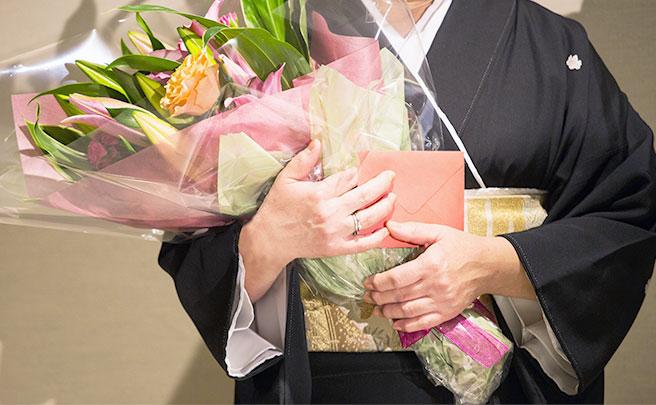 花を持った女の人