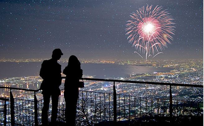 夜景を見るカップル