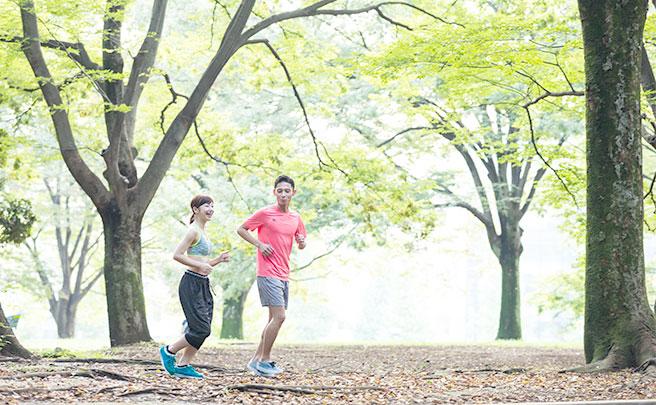 一緒にジョギングしているカップル