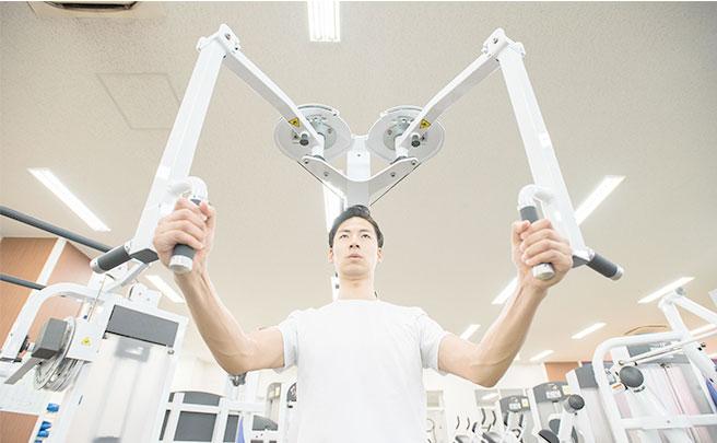 マシンでトレーニングをする男性