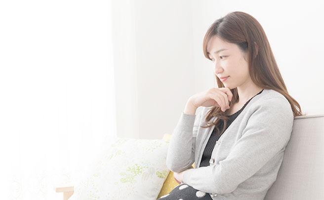 ソファで考える女性