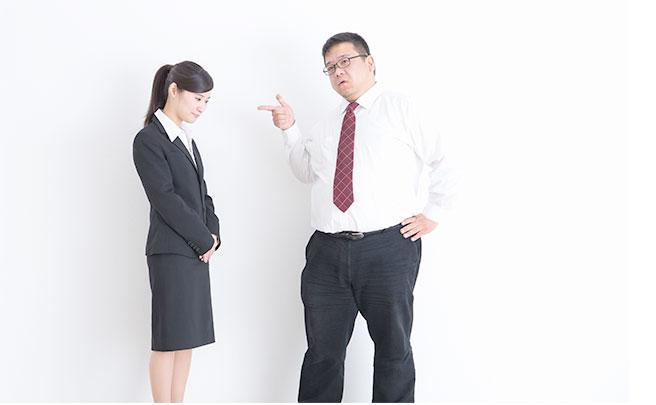 女性に指を指す男の人