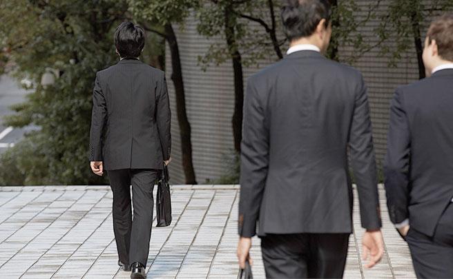 一人で歩く男性社員