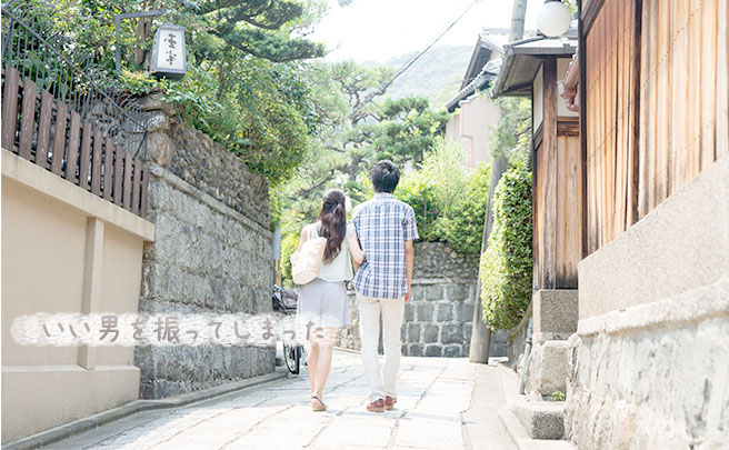 歩くカップルの後ろ姿