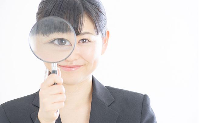 虫眼鏡で見る女の人