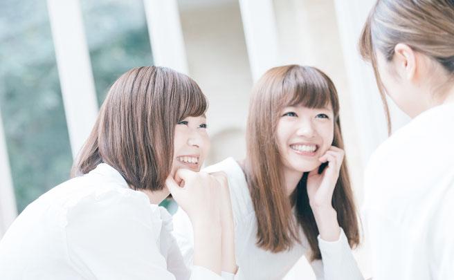 笑顔で話してる女性友達3人