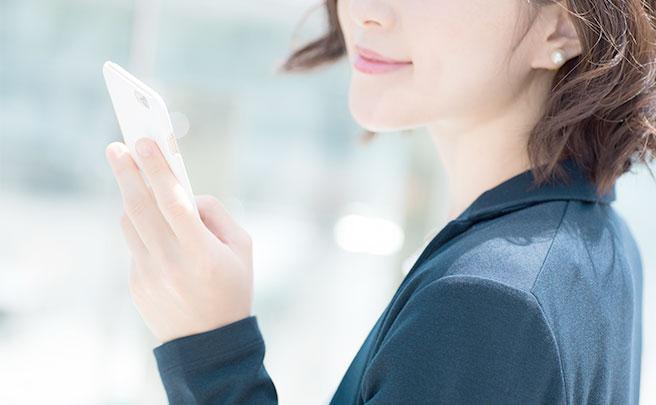 スマホを持つ女性の手
