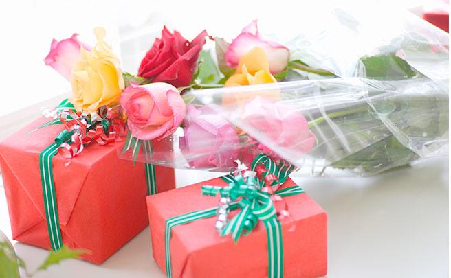 バラとクリスマスプレゼント