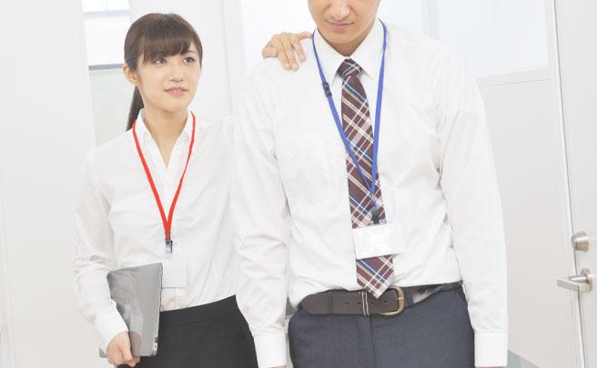 男性の肩をタッチする女性