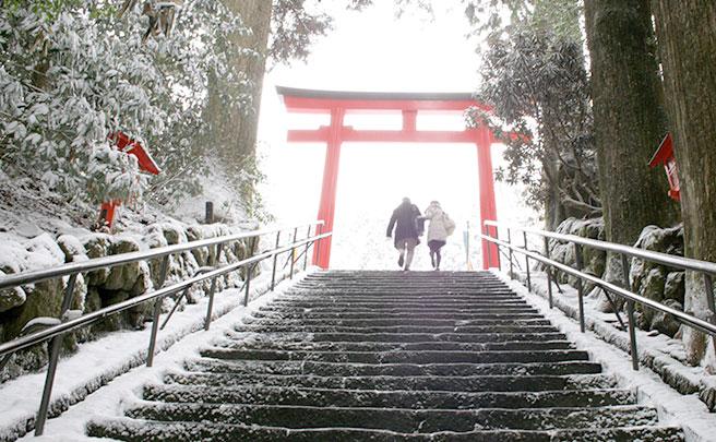 神社の階段を上るカップル