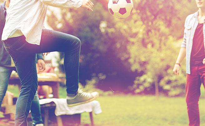サッカーボールで遊ぶ男性