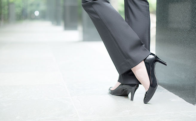 パンツスーツを着た女性のヒール