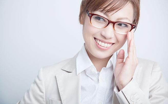 メガネをかけたスーツを着てる女性