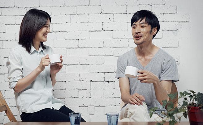 会話をしながらコーヒーを飲む男女