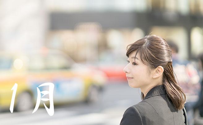 交差点の前に立つ女性
