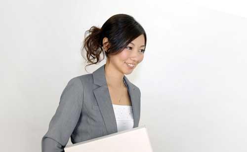 書類を抱えた笑顔の女性