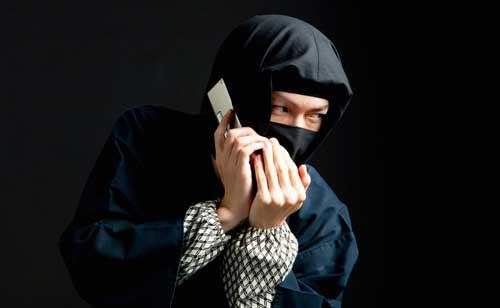 ふたりでいるとき、携帯を気にしつつも出ない男は彼氏持ちかも?!